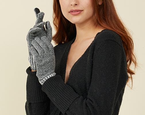 Lämpökäsineet naisella kädessä 2