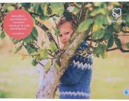Poika katsoo puun takaa -juliste